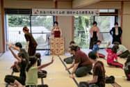 近江神宮で開かれた競技かるたの世界大会(3日午後、大津市)=共同