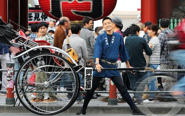 東京・浅草で人力車を引き、冒険に備える阿部雅龍さん=沢井慎也撮影