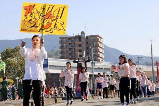 踊りながら練り歩く西蔭徹さん(左端)と横田海翔君が通ったダンススクールの仲間たち(4日午後、愛媛県宇和島市)=共同