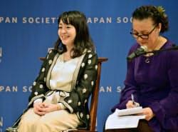 日米交流団体ジャパン・ソサエティーでトークイベントに出席した村田沙耶香さん(左)(3日、ニューヨーク)=共同