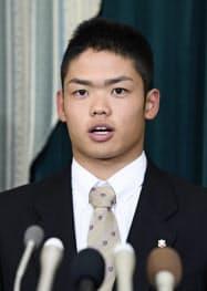中日入団で合意し、記者会見する大阪桐蔭高の根尾昂内野手(4日、名古屋市)=共同