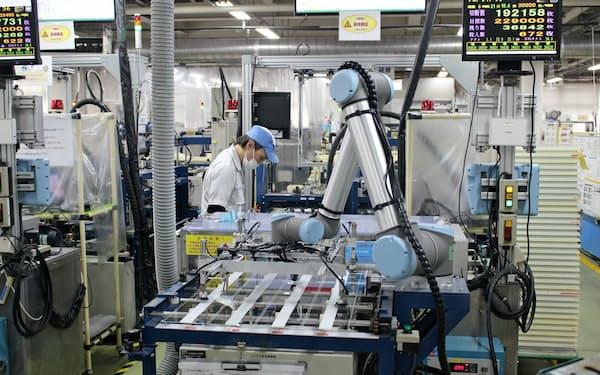 人間とロボット、AIの分業が進む(大阪府岸和田市の松浪硝子工業)