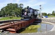 クラウドファンディングで修復した蒸気機関車と転車台(9月3日、北海道標津町)=共同