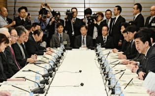 首相官邸で開いた知的財産戦略本部・犯罪対策閣僚会議。手前右端はあいさつする安倍首相(4月13日午前)=共同