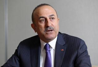 インタビューに答えるトルコのチャブシオール外相