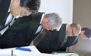 記者会見で謝罪するSUBARUの中村知美社長(手前から2人目)ら(5日午後、東京都港区)