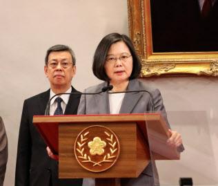 中米エルサルバドルとの断交を受け緊急会見した蔡総統(8月、台北市内)