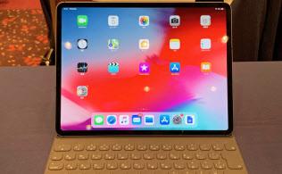 新iPadプロはホームボタンがなくなり、画面が全体に広がっている。オプションのカバー兼キーボード「スマートキーボードフォリオケース」は傾きを2段階で調整できる