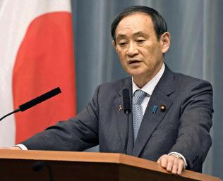 記者会見する菅官房長官(5日午前、首相官邸)=共同