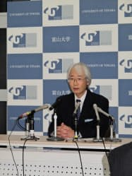記者会見する斎藤富山大次期学長(5日・富山大)