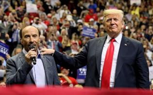 トランプ米大統領(右)も社会保障の抜本改革には触れない=ロイター