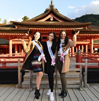 厳島神社を訪れた3人