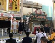 審査員にプレゼンする高知商業高校の生徒(3日、高知市のひろめ市場)