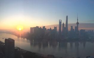 中国経済の中心地、上海でも株安など異変が……(外灘から浦東を望む)