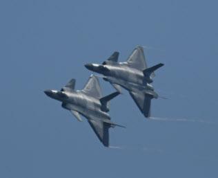 最新鋭ステルス戦闘機「殲(J)20」の飛行で軍事力を誇示した(6日、広東省珠海)