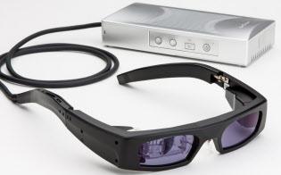 QDレーザが開発した「網膜走査型レーザ愛ウエア」。全国30カ所のメガネ店での受注を始めた