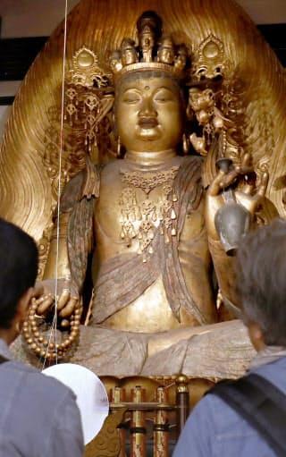 「いちいの観音」とも呼ばれる座像は台座や光背を含めると5メートル超。重文指定の十一面観世音菩薩座像では最大という