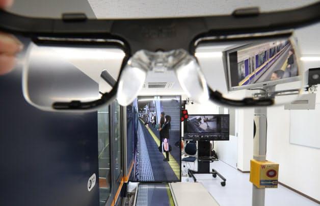 専用メガネを使い若手車掌の視線を熟練車掌と比較し、ホームでの安全確認技術を学ぶJR西日本の研修(大阪市)