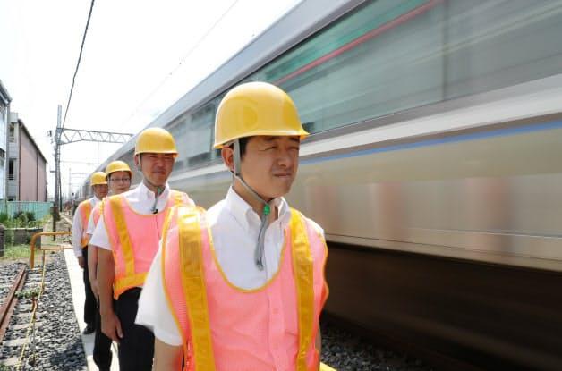 走行する電車の風圧を体感するJR西日本の社員ら(大阪府)