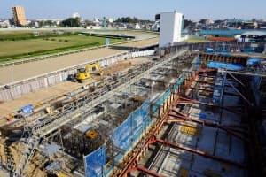 屋上テラスも設けられる第2スタンドの建設が進む(さいたま市)