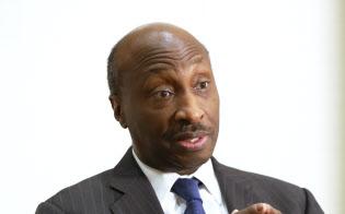Kenneth Frazier 法律事務所のパートナーなどを経て1992年メルク入社。07年から10年まで医薬品事業の統括責任者を務めた後、11年から現職。17年8月、米大統領製造業諮問委員会の委員を「良心の問題」から辞任した。