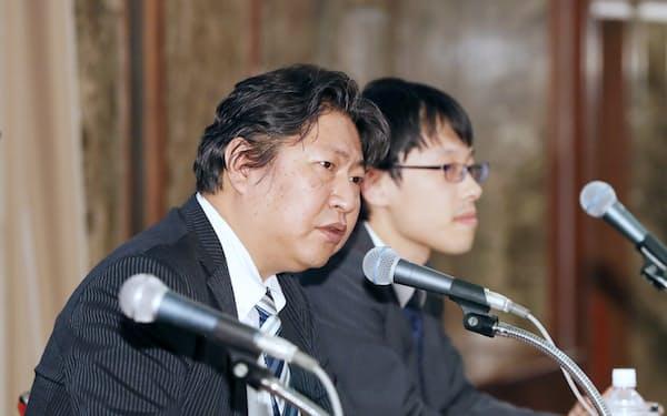 記者会見する日本仮想通貨交換業協会の奥山泰全会長(左)