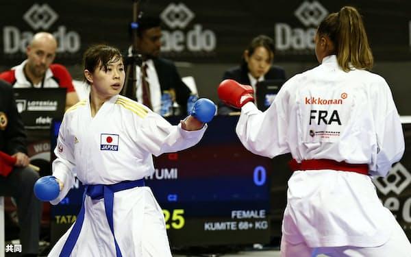 女子組手68キロ超級準決勝 フランス選手(右)と対戦する植草歩(6日、マドリード)=共同
