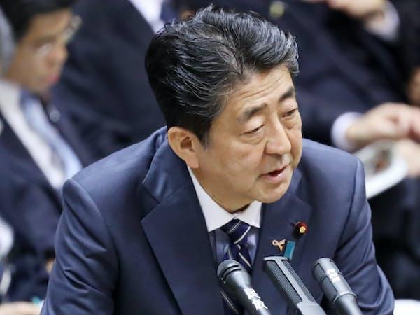 参院予算委で答弁する安倍首相(7日午前)