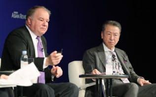 討論するIMDのドミニク・テュルパン教授(左)とハーバード・ビジネス・スクールの竹内弘高教授(7日午前、東京都千代田区)