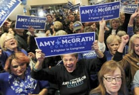 6日、米中間選挙で民主党候補者を応援し、盛り上がる支持者たち=米ケンタッキー州=ロイター