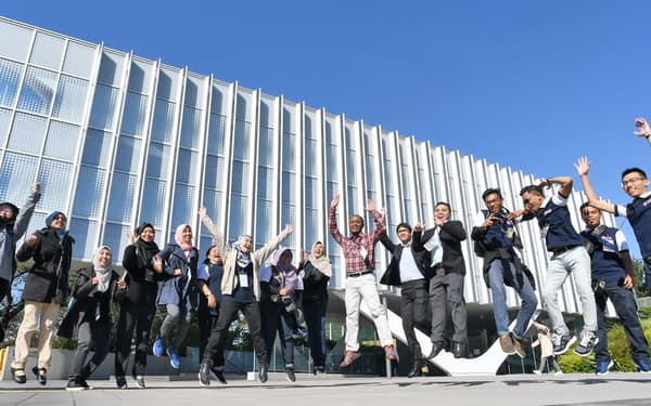 東京工業大を見学に訪れたマレーシアの学生たち。同大は留学生との交流を育む施設を近くOBの寄付で建てる(東京都目黒区)=寺沢将幸撮影