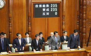 参院本会議で18年度第1次補正予算が可決、成立し一礼する安倍首相ら(7日午後)
