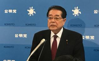 記者会見する公明党の石田政調会長(7日、国会内)