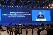 世界インターネット大会で演説する黄坤明・宣伝部長(7日、浙江省烏鎮)