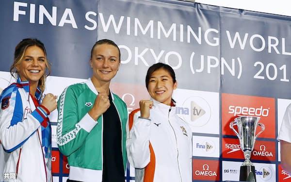 競泳W杯東京大会を前に記者会見し、写真撮影に応じる池江璃花子(右)とサラ・ショーストロム(中央)ら(7日午後、東京都港区)=共同