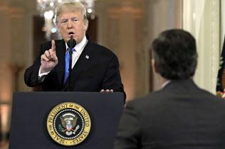 7日、ホワイトハウスでの記者会見で質問に答えるトランプ大統領=AP