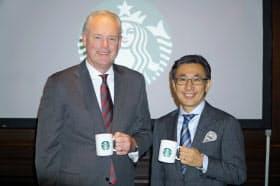 米スターバックスコーヒーのケビン・ジョンソンCEO(左)と日本法人の水口貴文CEO