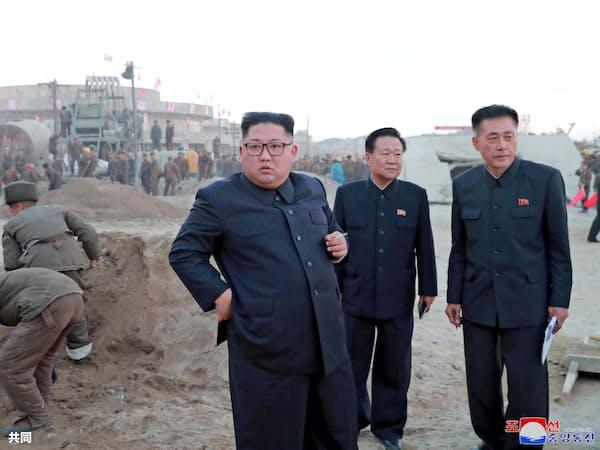 金正恩氏(中央)にとって制裁解除や米朝和解は最優先課題だ=朝鮮中央通信・共同