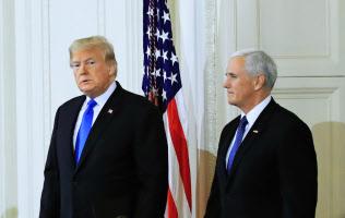 記者会見に臨むトランプ米大統領(左)とペンス副大統領(7日、ホワイトハウス)=AP