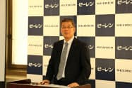 決算発表に臨むセーレンの坪田社長(福井市)