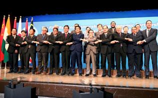 7月に開かれたRCEP東京閣僚会合で記念写真に納まる参加国の閣僚ら(東京都新宿区)