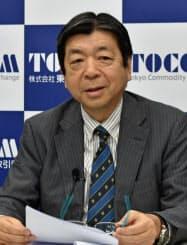 会見する東商取の浜田隆道社長(8日)