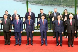 2017年11月、ベトナム・ダナンで開かれたAPEC首脳会議(前列右から3人目は安倍首相)=代表撮影・共同