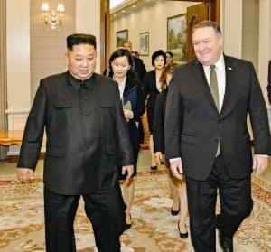 10月の平壌での会談でも米朝の溝は埋まらなかった(ポンペオ氏(右)のツイッターに投稿された金正恩氏と並んで歩く写真)=共同