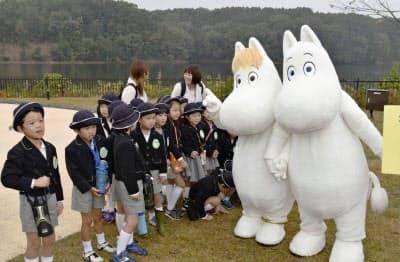 来場した幼稚園児と触れ合うムーミン(右端、埼玉県飯能市)=共同