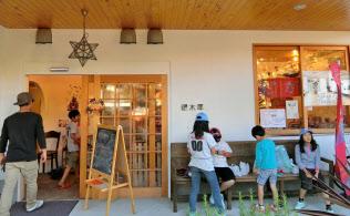 千葉県浦安市のサ高住「銀木犀(ぎんもくせい)」。玄関脇の駄菓子屋には子どもたちが頻繁に出入りしている