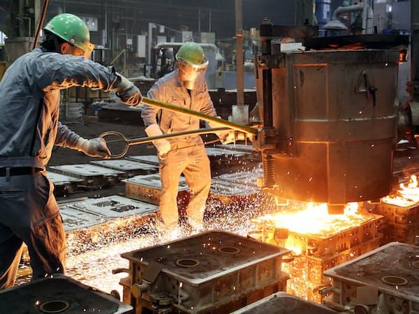 高温に熱した鉄を鋳型に流し込む(三重県川越町の新報国製鉄)