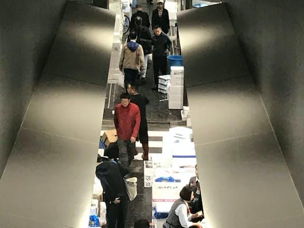 共有通路に荷物がはみ出し、歩行の妨げにも(豊洲市場の水産仲卸売場)