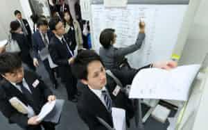 決算発表のピーク時は企業の担当者らで東証はごった返す