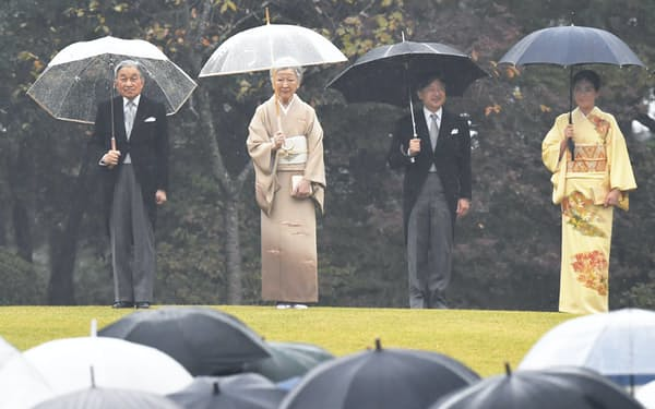 秋の園遊会に臨む天皇、皇后両陛下と皇太子ご夫妻(9日、東京・元赤坂)
